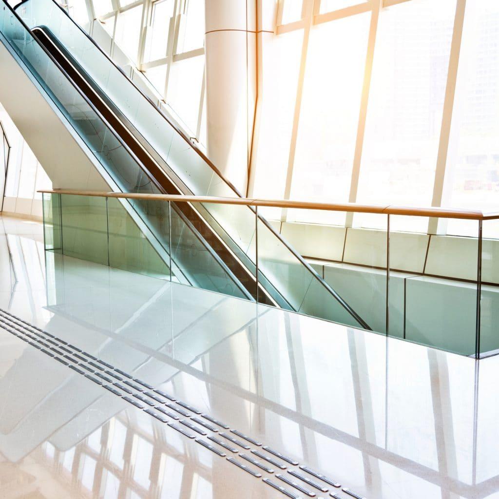 Czy szkło to dobry materiał na balustrady?